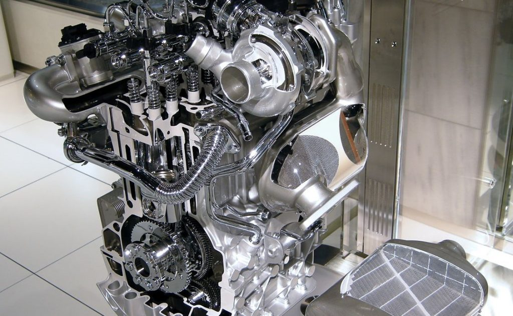 Diesel engine cutaway, Common Rail injection system on top, Diesel Particulate Filter on the right